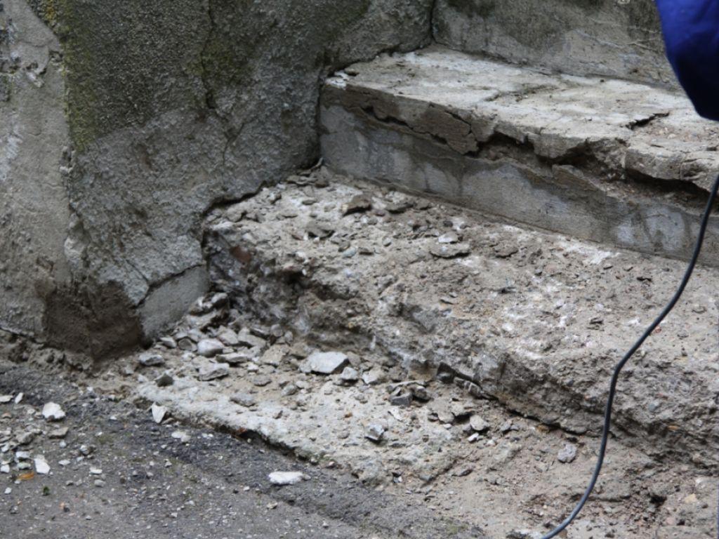 Лестница после отбития элементов поврежденного покрытия