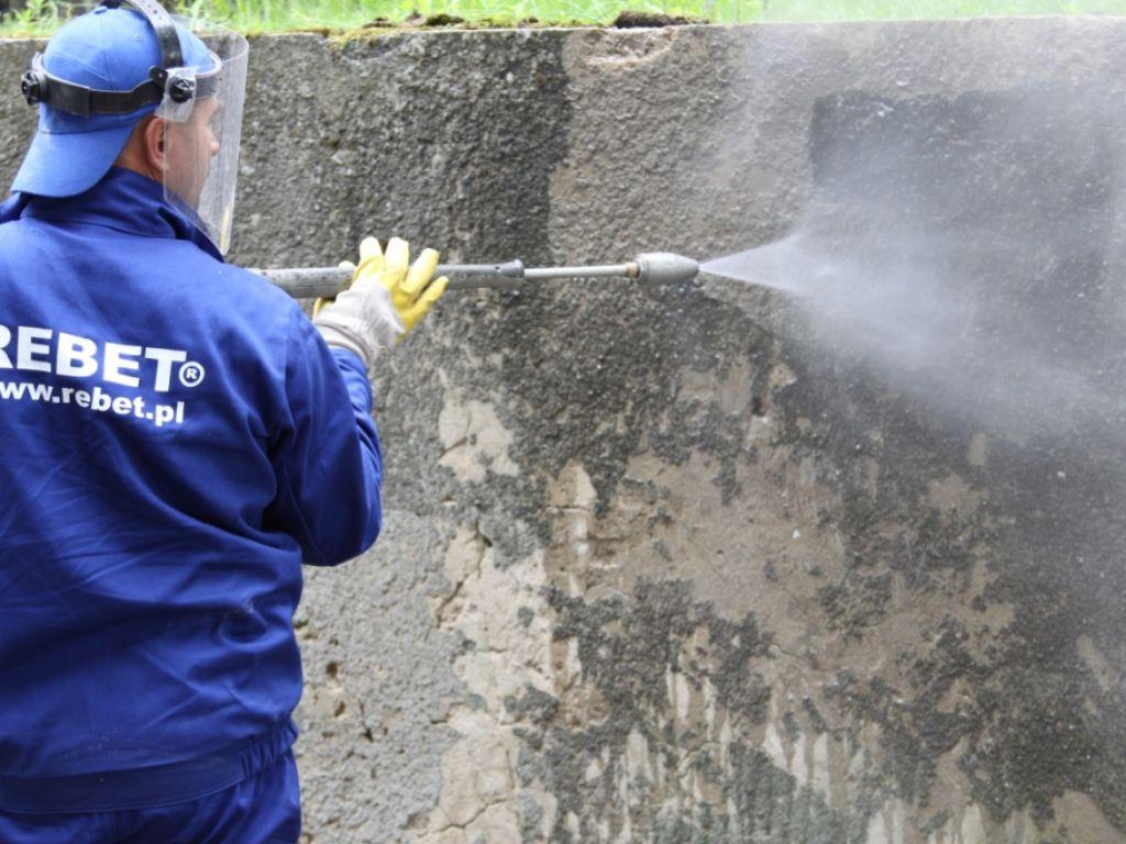 Мойка и намачивание поверхности стены